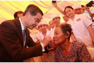 一帶一路柬埔寨磅湛省消除白內障致盲行動感人故事三則
